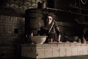 Helena Bonham Carter in una scena del film Sweeney Todd