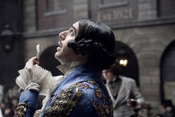 Un irriconoscibile Sacha Baron Cohen in una scena del film Sweeney Todd