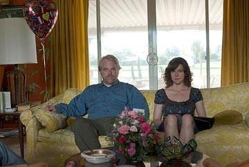 Philip Seymour Hoffman insieme a Laura Linney in una scena de La famiglia Savage