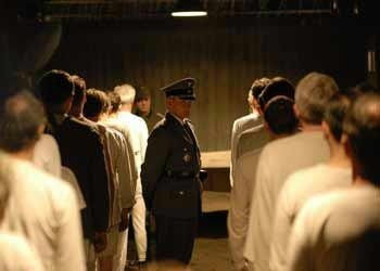 Una scena del dramma Il falsario - Operazione Bernhard
