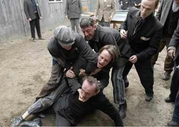 Una sequenza drammatica del film Il falsario - Operazione Bernhard