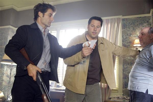 Heroes Volume II - Episodio 5: Matt (Greg Grunberg) e Nathan (Adrian Pasdar) mostrano una foto a Maury (Alan Blumenfeld)