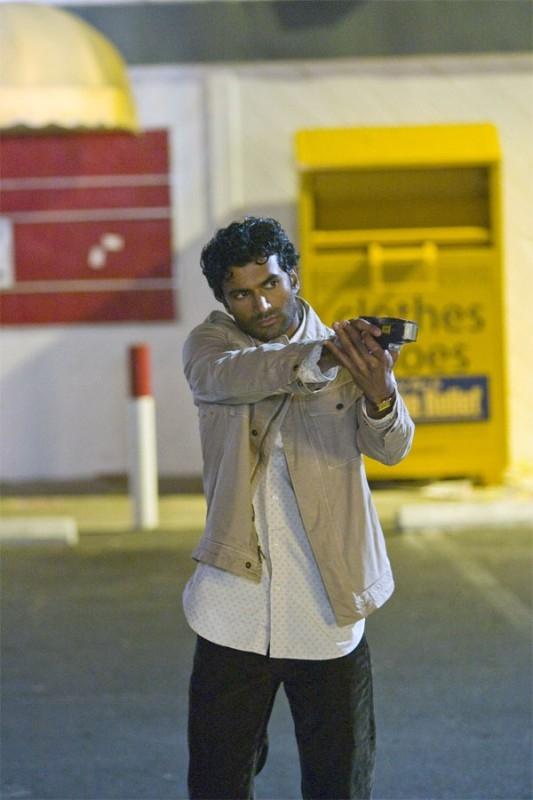 Heroes Volume II - Episodio 5: Mohinder (Sendhil Ramamurthy) si prepara a sparare