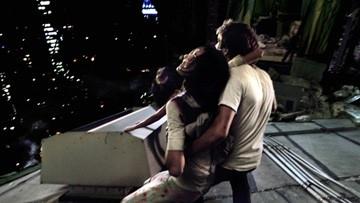 Michael Stahl-David e Odette Yustman in una scena di Cloverfield