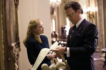 Amy Adams e Tom Hanks in una foto del film La guerra di Charlie Wilson