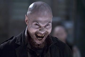 Andrew B. Stehlin in una scena dell'horror 30 giorni di buio