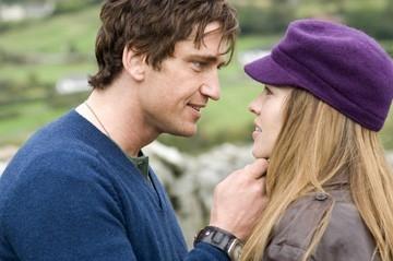 Gerard Butler con Hilary Swank in una scena del film P.S. I Love You - Non è mai troppo tardi per dirlo