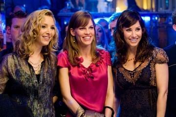 Gina Gershon e Hilary Swank con Lisa Kudrow in una scena del film P.S. I Love You