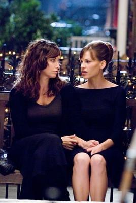 Gina Gershon ed Hilary Swank in una foto del film P.S. I Love You - Non è mai troppo tardi per dirlo