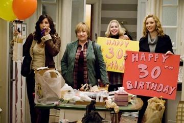 Gina Gershon, Kathy Bates, Nellie McKay and Lisa Kudrow in una scena del film P.S. I Love You