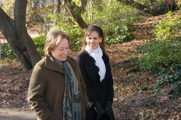 Hilary Swank e Kathy Bates in una scena del film P.S. I Love You