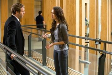 Jessica Alba accanto ad Alessandro Nivola in una scena del film The Eye