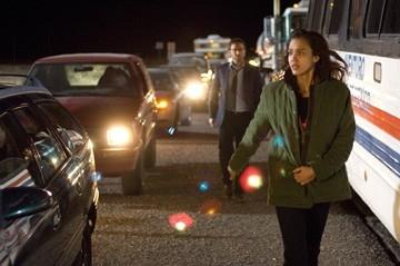 Jessica Alba con Alessandro Nivola (sullo sfondo) in una scena del film The Eye