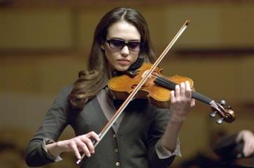 Jessica Alba suona il violino in una sequenza del film The Eye