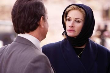 La Roberts in una scena del film La guerra di Charlie Wilson