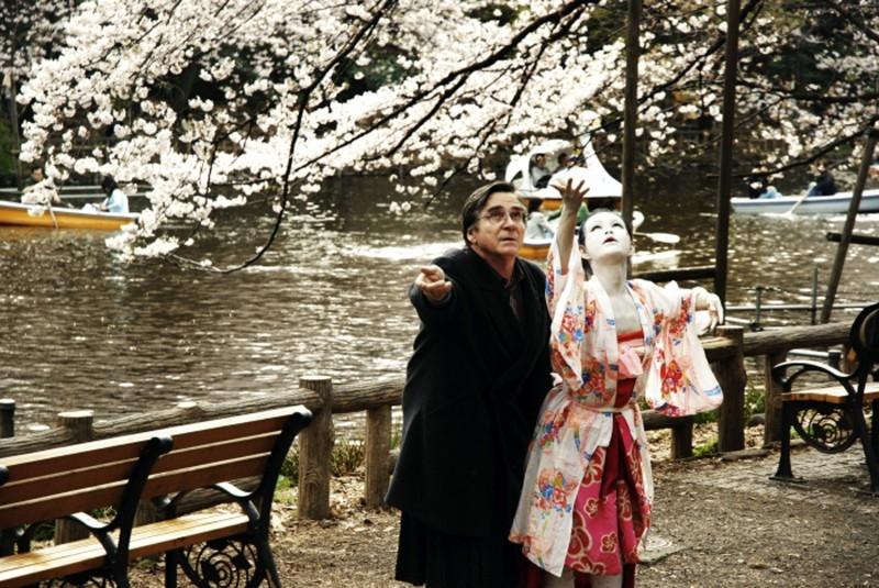 Aya Irizuki ed Elmar Wepper in una scena di Cherry Blossoms - Hanami