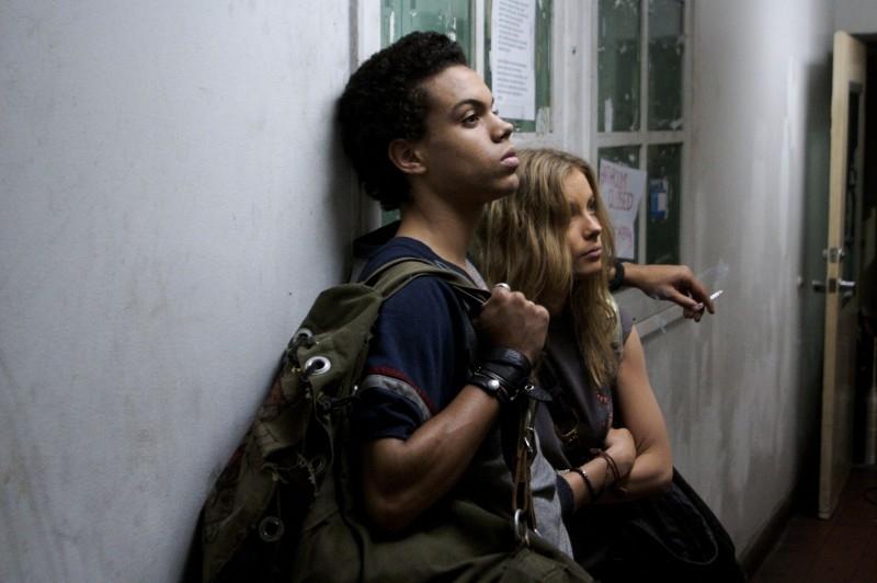 Evan Ross e Gillian Jacobs in una scena di 'Gardens of the Night'