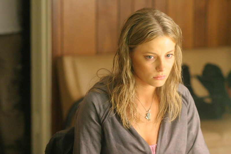Gillian Jacobs in una scena di 'Gardens of the Night'