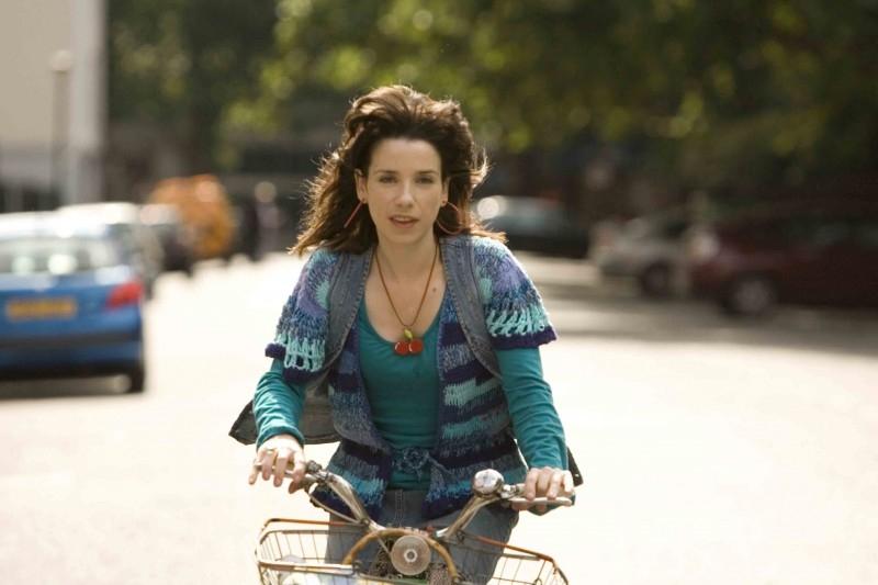 Sally Hawkins in bicicletta in una scena di 'Happy Go-Lucky'