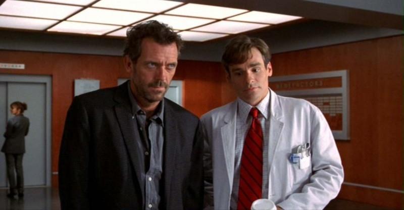 Dr House: Medical division - House (Hugh Laurie) e Wilson (Robert Sean Leonard) in una scena di 'Paternity', secondo episodio della prima stagione