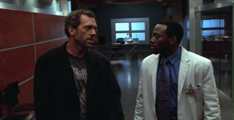 House (Hugh Laurie) e Foreman (Omar Epps) discutono della salute del paziente, nell'episodio 'Paternity' della serie Dr House: Medical division