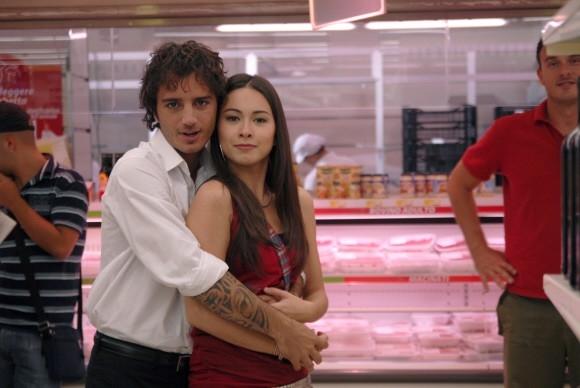 Nicolas Vaporidis e Valentina Izumì abbracciati in un'immagine del film Questa notte è ancora nostra