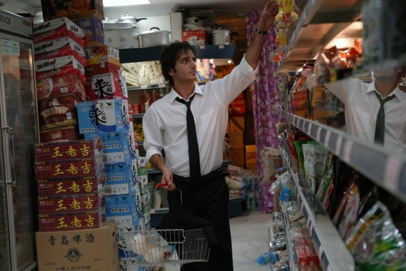 Nicolas Vaporidis tra gli scaffali di un supermercato nel film Questa notte è ancora nostra