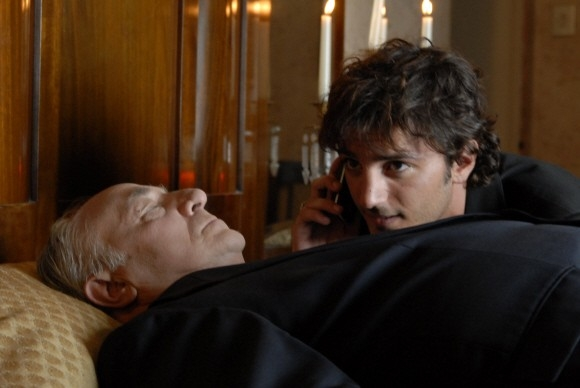 Nicolas Vaporidis in una scena divertente del film Questa notte è ancora nostra