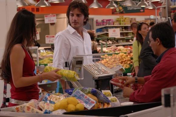 Nicolas Vaporidis in fila al supermercato nel film Questa notte è ancora nostra