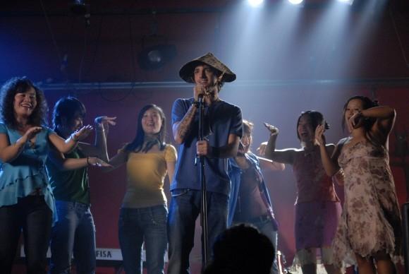 Nicolas Vaporidis sul palco nel film Questa notte è ancora nostra