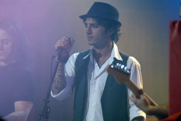 Un'immagine di Nicolas Vaporidis al microfono nel film Questa notte è ancora nostra