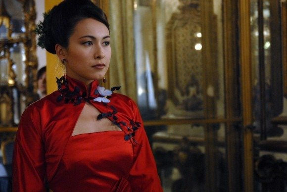 Valentina Izumì fasciata in un abito rosso in una scena del film Questa notte è ancora nostra