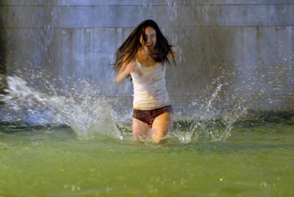 La sexy Valentina Izumì in una scena del film Questa notte è ancora nostra