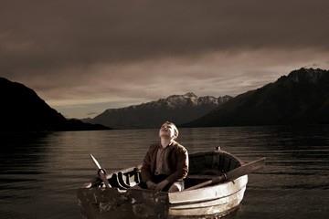Alex Etel in barca nel film The Water Horse - La leggenda degli abissi