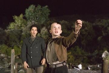 Ben Chaplin con Alex Etel in un'immagine di The Water Horse - La leggenda degli abissi