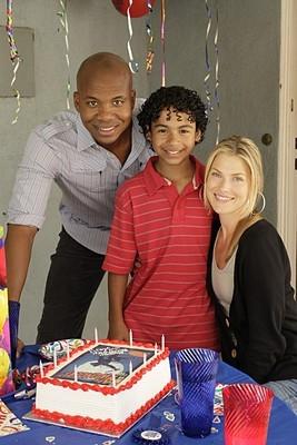 Heroes Volume II - Episodio 8: D.L. (Leonard Roberts) e Niki (Ali Larter) festeggiano il compleanno di Micah (Noah Gray-Cabey)
