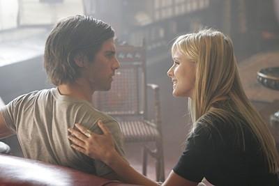 Heroes Volume II - Episodio 8: Elle (Kristen Bell) chiacchiera con Peter (Milo Ventimiglia)