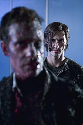 Heroes Volume II - Episodio 8: Peter (Milo Ventimiglia) guarda uno sfigurato Nathan (Adrian Pasdar)