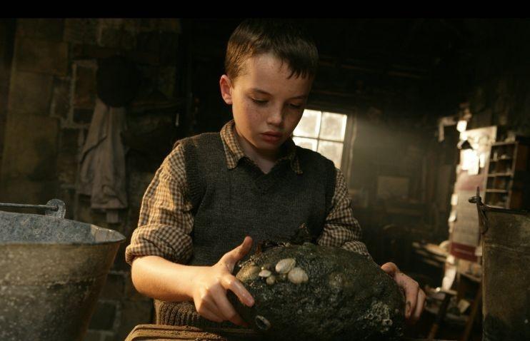 Il piccolo Alex Etel in una scena del film The Water Horse