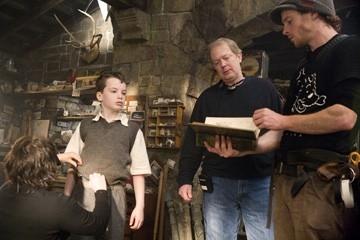 Jay Russell con il piccolo Alex Etel  sul set del film The Water Horse - La leggenda degli abissi