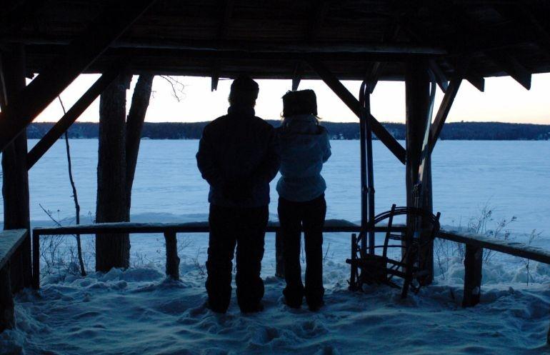 Julie Christie e Gordon Pinsent (di spalle) in una scena di Away from Her - Lontano da lei