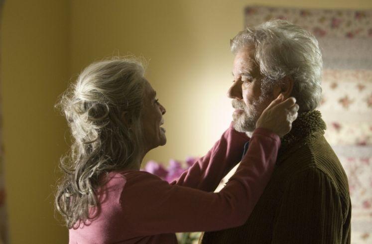 Una bella immagine di Julie Christie e Gordon Pinsent nel film Away from Her - Lontano da lei