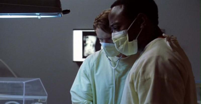 Dr House: Medical division - Chase (Jesse Spencer) e Foreman (Omar Epps) eseguono esami di laboratorio in una scena del quarto episodio, 'Maternity'