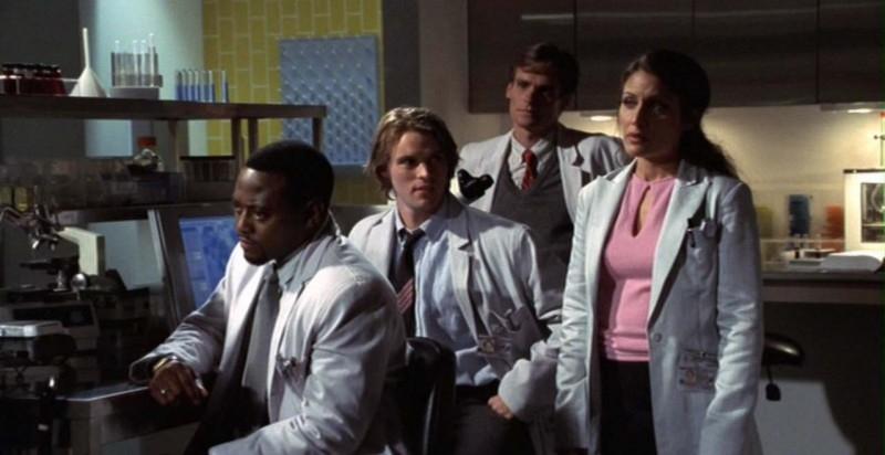 Dr House: Medical division - Foreman (Omar Epps), Chase (Jesse Spencer), Wilson (Robert Sean Leonard) e Cuddy (Lisa Edelstein) in una scena del quarto episodio