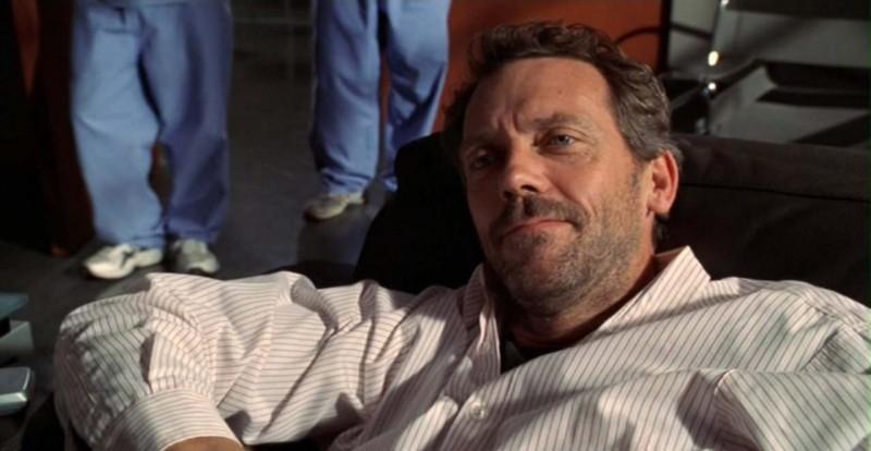 Dr House: Medical division - House (Hugh Laurie) nella scena finale del quarto episodio della prima stagione, 'Maternity'