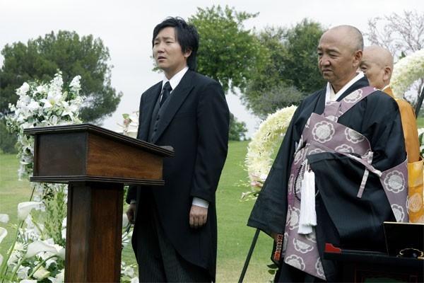 Heroes Volume II - Episodio 9: Hiro (Masi Oka) al funerale di suo padre, Kaito (George Takei)