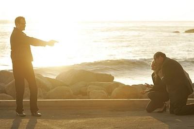 Heroes Volume II - Episodio 9: Noah (Jack Coleman) tiene sotto tiro Bob (Stephen Tobolowsky) ed Elle (Kristen Bell)