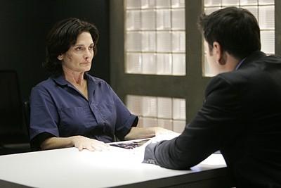 Heroes Volume II - Episodio 9: Parkman (Greg Grunberg) interroga Angela Petrelli (Cristine Rose)