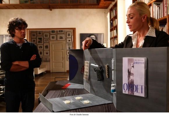 Paola Barale con Riccardo Scamarcio in un'immagine del film Colpo d'occhio