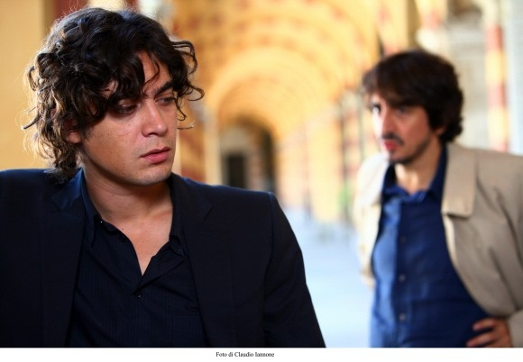 Riccardo Scamarcio con Sergio Rubini (sullo sfondo) in un'immagine del film Colpo d'occhio